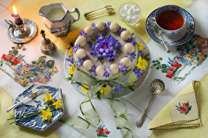 Fotos Stillleben Torte Tee Kerzen Narzissen Tasse Kanne Design Gabel Lebensmittel