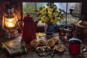 Fotos Stillleben Petroleumlampe Backware Kaffee Blumensträuße Narzissen Kaffeemühle Kanne Bücher Buch Lebensmittel