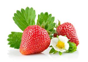 Fotos Erdbeeren Großansicht Weißer hintergrund 2 Blattwerk Lebensmittel