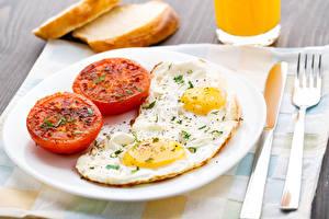 Fotos Tomate Frühstück Teller Spiegelei Essgabel