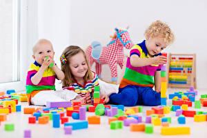 Fotos Spielzeuge Drei 3 Junge Kleine Mädchen Lächeln kind