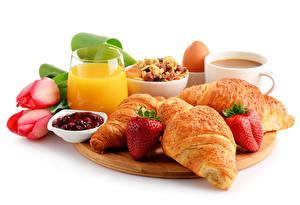 Fotos Tulpen Croissant Erdbeeren Fruchtsaft Konfitüre Weißer hintergrund Schneidebrett Frühstück Trinkglas Tasse Lebensmittel