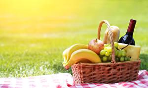 Fotos Wein Bananen Weintraube Äpfel Käse Picknick Weidenkorb Flasche Lebensmittel