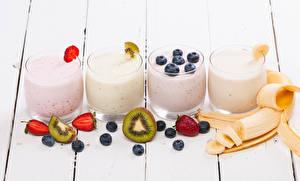 Hintergrundbilder Bananen Erdbeeren Heidelbeeren Chinesische Stachelbeere Joghurt Bretter Trinkglas Lebensmittel