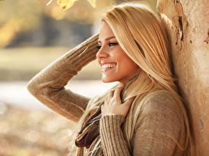 Hintergrundbilder Blond Mädchen Lächeln Sweatshirt Mädchens