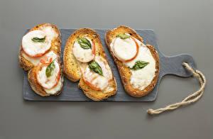 Bilder Brot Butterbrot Grauer Hintergrund Schneidebrett Drei 3