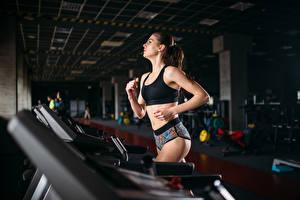 Bilder Fitness Braunhaarige Körperliche Aktivität Lauf Mädchens Sport