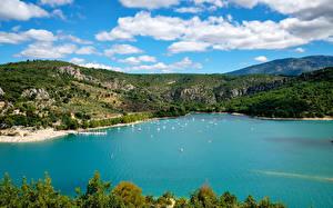 Bilder Frankreich Bootssteg Motorboot Segeln Bucht Hügel Var Provence Natur