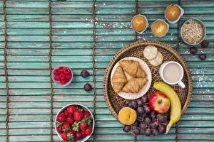 Bilder Weintraube Croissant Erdbeeren Frühstück