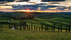 Hintergrundbilder Italien Toskana Landschaftsfotografie Sonnenaufgänge und Sonnenuntergänge Acker Himmel Hügel Bäume Wolke Natur