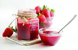 Fotos Konfitüre Erdbeeren Weißer hintergrund Weckglas Lebensmittel