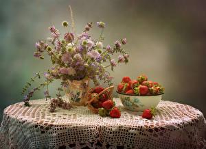Bilder Stillleben Sträuße Kornblume Levkojen Erdbeeren Tisch Lebensmittel Blumen