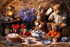 Bilder Stillleben Teddybär Erdbeeren Kaninchen Spielzeuge Petroleumlampe Torte Kerzen Pfeifkessel Mohn Lebensmittel