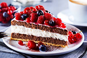 Pictures Sweets Cakes Raspberry Currant Blueberries Pieces Plate Food