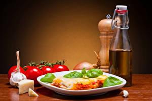 Fotos Die zweite Gerichten Käse Tomate Knoblauch Teller Flaschen lasagna