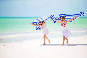 Hintergrundbilder Handtuch Strände Zwei Kleine Mädchen Laufen Brille kind