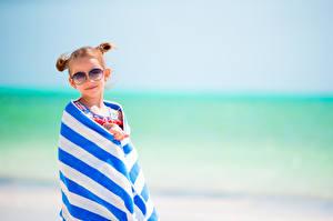 Bilder Handtuch Kleine Mädchen Brille Blick kind
