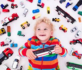 Bilder Spielzeuge Viel Weißer hintergrund Junge Glücklich Kinder