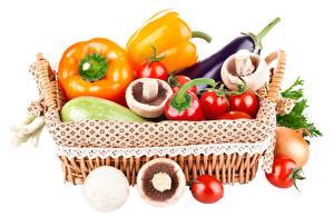 Papel de Parede Desktop Hortaliça Pimentão Cogumelos Tomate Fundo branco Cesta de vime Alimentos