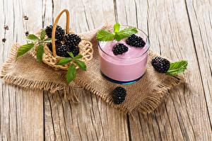 Fotos Joghurt Brombeeren Bretter Trinkglas Lebensmittel