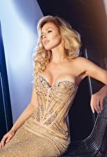 Bilder Blondine Kleid Sitzend Mädchens