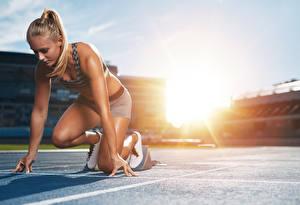 Fotos Blondine Lauf Hand Start junge frau Sport