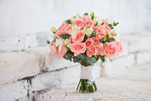 Bilder Blumensträuße Rosen Freesien Blumen