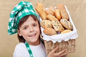Hintergrundbilder Brot Kleine Mädchen Küchenchef Weidenkorb Starren Kinder
