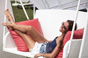 Fotos Braune Haare Brille Lächeln Bein Schaukel Mädchens
