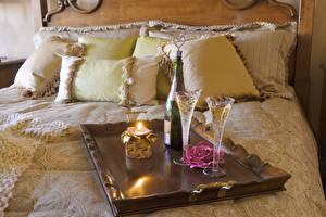 Bilder Schaumwein Kerzen Rosen Bett Kissen Weinglas Lebensmittel
