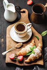 Fotos Kaffee Croissant Erdbeeren Schneidebrett Tasse Kanne Lebensmittel