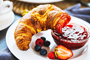 Pictures Croissant Varenye Strawberry Blueberries Food