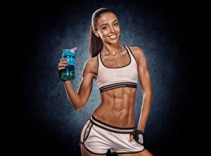 Bilder Fitness Braune Haare Lächeln Bauch Blick junge Frauen Sport