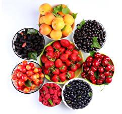 Bilder Obst Aprikose Johannisbeeren Erdbeeren Kirsche Heidelbeeren Himbeeren Brombeeren Beere Weißer hintergrund das Essen