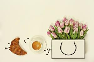 Fotos Handtasche Tulpen Kaffee Croissant Grauer Hintergrund Tasse Getreide Blumen Lebensmittel