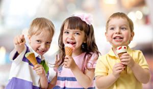 Fotos Speiseeis Drei 3 Junge Kleine Mädchen Fröhlicher Kinder