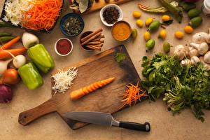 Hintergrundbilder Messer Gemüse Mohrrübe Peperone Zimt Gewürze Schneidebrett das Essen