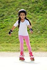 Hintergrundbilder Kleine Mädchen Helm Rollschuh Kinder