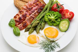 Fotos Fleischwaren Gemüse Dill Schinkenspeck Teller Spiegelei