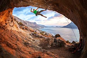 Hintergrundbilder Mann Steine Flusse Bergsteigen Höhle Braune Haare Bergsteiger Natur
