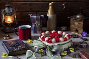 Fotos Stillleben Torte Petroleumlampe Schlüsselblumen Buch Brille Becher Lebensmittel