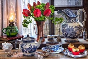 Hintergrundbilder Stillleben Tulpen Petroleumlampe Tee Flötenkessel Törtchen Vase Kanne Tasse Zucker Lebensmittel Blumen
