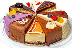 Bilder Süßigkeiten Törtchen Beere Torte Weißer hintergrund Stücke Lebensmittel