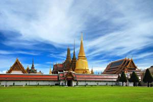 Bureaubladachtergronden Thailand Tempel Gazon een stad