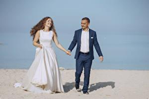 Bilder Zwei Hochzeit Brautpaar Bräutigam Brünette Freude Mädchens