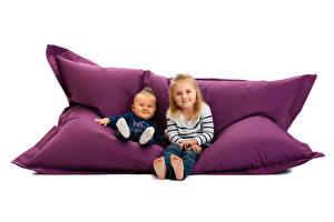 Hintergrundbilder Weißer hintergrund Couch 2 Junge Kleine Mädchen Starren Kinder
