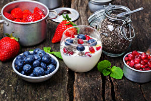Fotos Joghurt Erdbeeren Heidelbeeren Granatapfel Bretter Getreide Lebensmittel