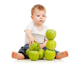 Bilder Äpfel Weißer hintergrund Junge Sitzend Kinder