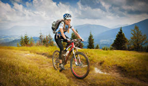 Bilder Fahrrad Bewegung Brille Helm sportliches Mädchens