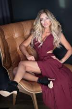 Bilder Blondine Kleid Sitzend Bein High Heels Mädchens